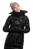 戴温暖的衣物、夹克和帽子的妇女 免版税库存图片
