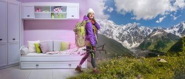 温暖的衣物有背包的和远足的设备作梦女性远足者 图库摄影