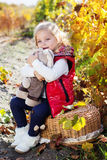温暖的衣裳的小女孩用玩具兔子 图库摄影