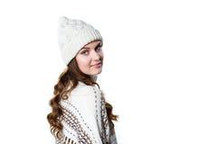 戴温暖的被编织的圣诞节套头衫和帽子的华美的女孩 库存照片