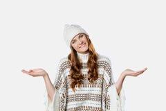戴温暖的被编织的圣诞节套头衫和帽子, xmas概念的华美的女孩 库存图片