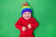 温暖的被编织的帽子的小婴孩 库存图片