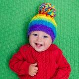 温暖的被编织的帽子的小婴孩 免版税库存图片