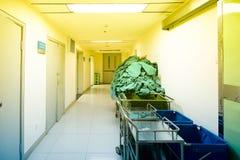 温暖的轻未看管医院走廊 库存图片