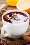从温暖的酒的传统热的饮料用香料 免版税库存图片