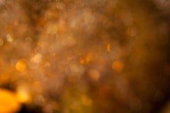 温暖的金子和红色圣诞节烛光背景 库存图片