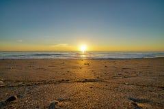 温暖的金黄日出在墨尔本 库存图片