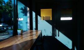 温暖的阳光通过与阴影的窗口 免版税库存图片