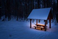 温暖的风雨棚在一个冷冬天 免版税库存图片