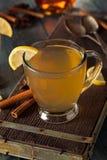 温暖的香甜热酒用柠檬 免版税库存图片
