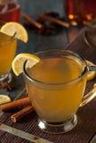 温暖的香甜热酒用柠檬 免版税库存照片