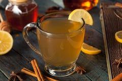 温暖的香甜热酒用柠檬 图库摄影