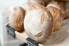 温暖的鲜美新近地被烘烤的面包大面包在面包店商店或市场上 图库摄影