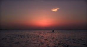 温暖的黑暗的邀请的日落时间美丽的景色与人的在古巴人科科岛海岛的背景中 库存图片