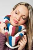 温暖舒适逗人喜爱的女孩的围巾 图库摄影
