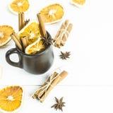 温暖酒精饮料用香料和酒-被仔细考虑的酒的一个冬天的准备 免版税库存图片