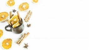 温暖酒精饮料用香料和酒-被仔细考虑的酒的一个冬天的准备 免版税库存照片