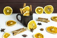 温暖酒精饮料用香料和酒-被仔细考虑的酒的一个冬天的准备 库存照片