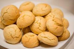 温暖,金黄褐色,花生冷却在机架的芯片曲奇饼 在烤箱的曲奇饼,小圆面包卷 图库摄影