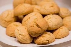 温暖,金黄褐色,花生冷却在机架的芯片曲奇饼 在烤箱的曲奇饼,小圆面包卷 库存图片