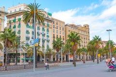 温暖黄昏,巴塞罗那,西班牙街道视图  免版税库存图片