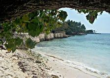 温暖pebbled沙子,平静的绿松石水,一个牙买加海滩的引诱的本质 免版税图库摄影
