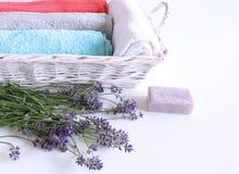 温泉与毛巾、芳香油、自然肥皂和淡紫色花的治疗和按摩产品在白色背景 库存照片