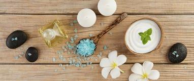 温泉与油瓶,匙子的,分钟蓝色盐海的设置概念 免版税库存照片