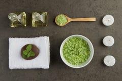 温泉与油瓶,匙子的, mi绿色盐海的设置概念 免版税图库摄影