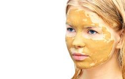 温泉与面部黏土面具有机秀丽治疗的妇女面孔 库存照片