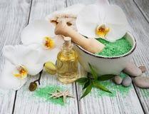 温泉产品和白色兰花 免版税库存照片