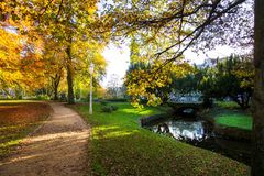 温泉公园在秋天- Marianske Lazne Marienbad -捷克 免版税库存图片
