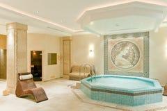 温泉内部在一家现代旅馆里 库存图片