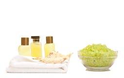 温泉化妆水和腌制槽用食盐 免版税库存照片