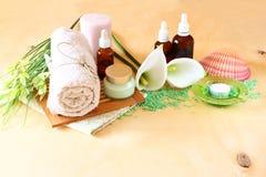 温泉和健康设置与自然肥皂、蜡烛和毛巾。自然木背景。绿色集合。 免版税库存照片