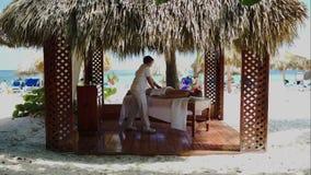 温泉在眺望台的治疗按摩在海滩 股票录像