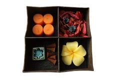 温泉在箱子设置的芳香疗法,蜡烛芳香,玫瑰塑造了蜡烛、香火棍子和干燥花 免版税图库摄影