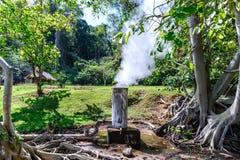 从温泉城的下水道和小河用管道输送到温泉室在清迈,泰国 库存照片