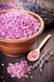 温泉处理的海运盐和淡紫色 免版税库存图片
