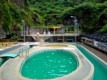 温泉复杂在通古拉瓦火山火山旁边在Banos,厄瓜多尔 库存图片