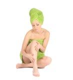 温泉女孩。 在巴恩以后的美丽的少妇有绿色毛巾的。 查出在白色 免版税库存图片
