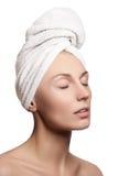 温泉女孩 背景浴美好的机体关心概念查出skincare白人妇女年轻人 Skincare 皮肤年轻人 少妇的美丽的面孔有干净的新鲜的皮肤的 库存照片