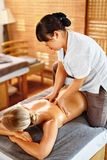 温泉妇女后面按摩 浴秀丽构成油用肥皂擦洗处理 身体,护肤疗法 免版税库存照片