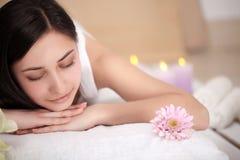 温泉妇女 享用的女性在整容术温泉中心放松后面按摩 身体关心,护肤,健康,福利,秀丽trea 图库摄影