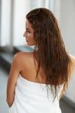 温泉妇女 有美丽的湿头发和光滑的皮肤的女孩在毛巾 免版税库存照片