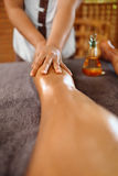 温泉妇女 机体关心英尺健康温泉水妇女 腿油按摩疗法 应用关心皮肤透明油漆 免版税库存照片