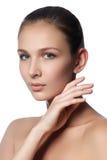 温泉妇女 自然秀丽的表面 接触她的面孔的美丽的女孩 免版税图库摄影