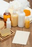 温泉成套工具 香波、肥皂酒吧和液体 阵雨胶凝体 毛巾 Woode 免版税库存图片