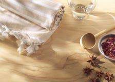 温泉或健康毛巾和芬芳在木头 免版税图库摄影