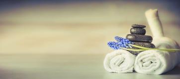 温泉或健康设置用按摩设备和花,正面图 库存图片
